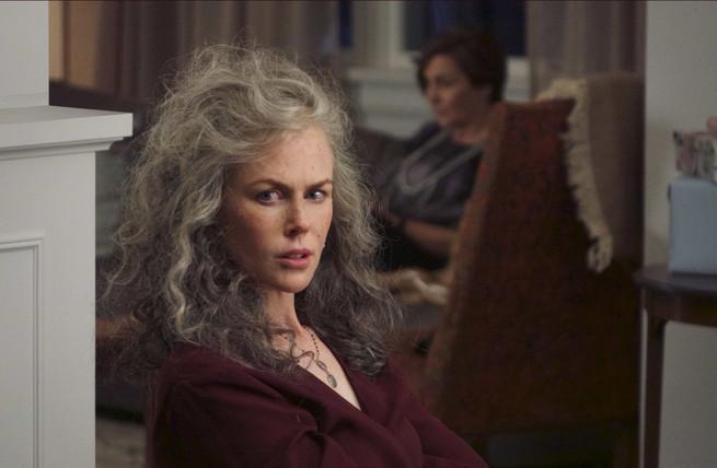 Nikole Kidman usando una peluca de color gris en una actuación de una peluca