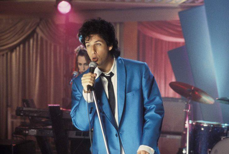 Adam Sandler caracterizado para la película el cantante de bodas