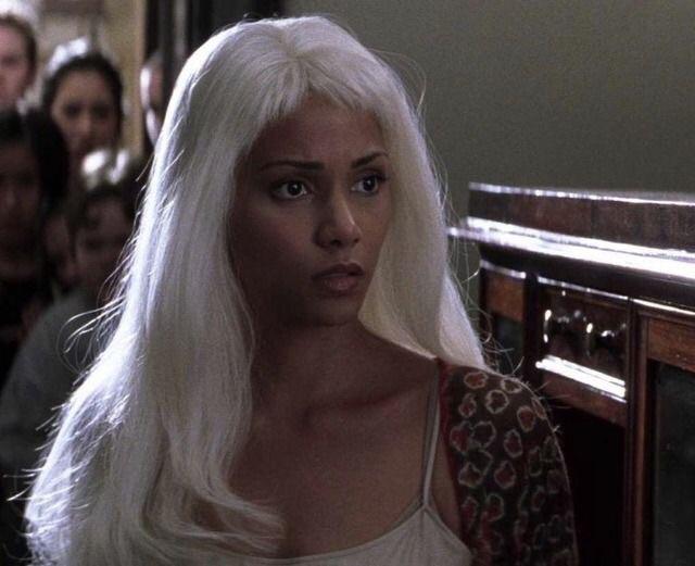 Haley Barry caracterizada como Storm en la película X-Men