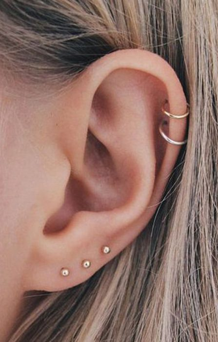 Chica con pendientes pequeños en el oído