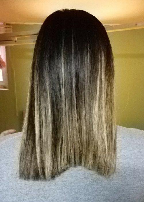 Chica mostrando el desastroso corte de cabello que le hicieron