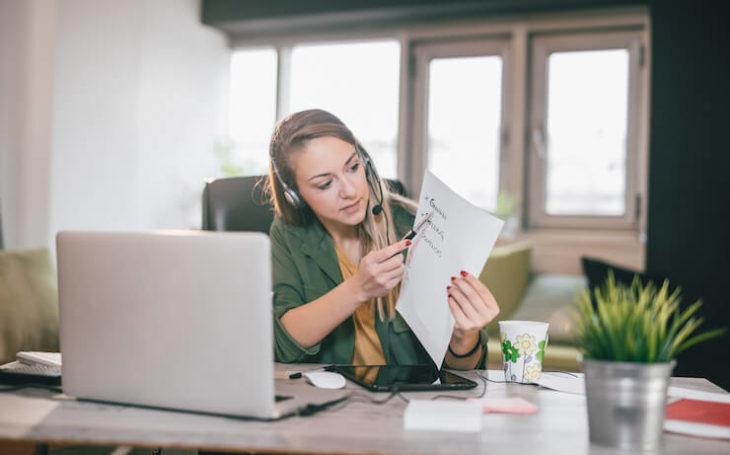 Chica frente a su computadora aprendiendo inglés