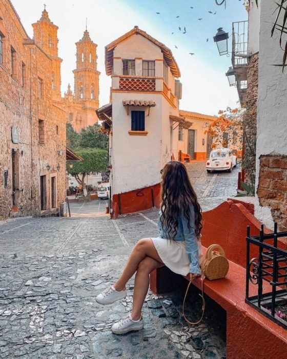 Chica de viaje por un pueblo mágico de México