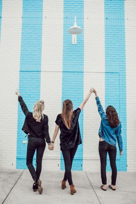 Grupo de chicas tomadas de las manos