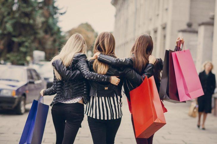 Grupo de chicas yendo de compras