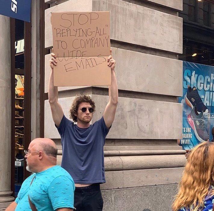 Chico protestando en contra de las personas que contestan todos los correos de la empresa