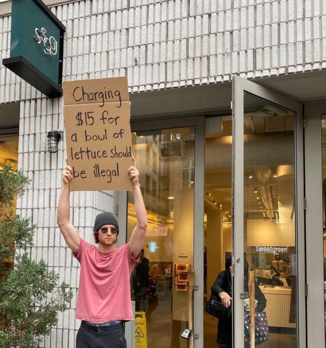 Chico protestando por la venta de ensaladas y sus elevados costos