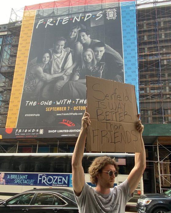 Chico protestando porque la serie seinfield es mejor que friends