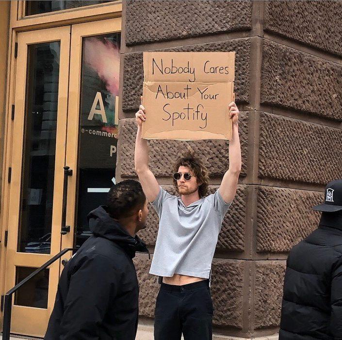 Chico protestando por el spotify en las calles
