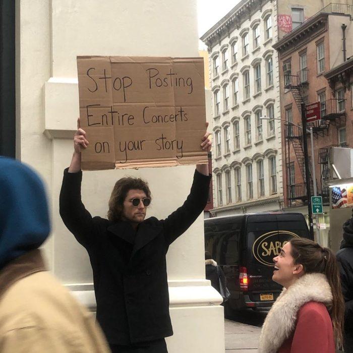 Chico con una pancarta protestando sobre los conciertos en las historias de Instagram