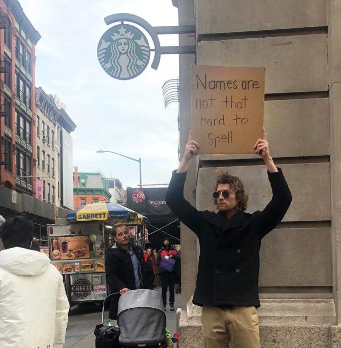 Chico protestando con una pancarta en contra de los nombres difíciles
