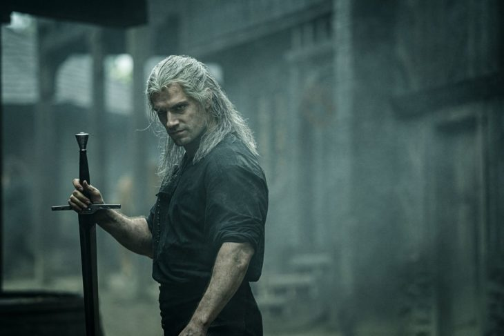 Henry Cavill como Geralt de Rivia en The Witcher sosteniendo una espada