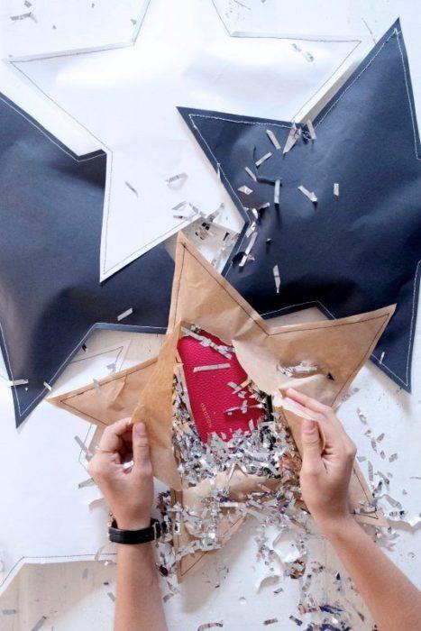 Cartera envuelta en una estrella de papel
