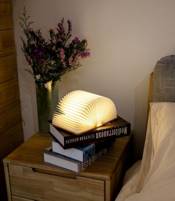 Regalos para personas que aman leer; lámpara de noche en forma de libro
