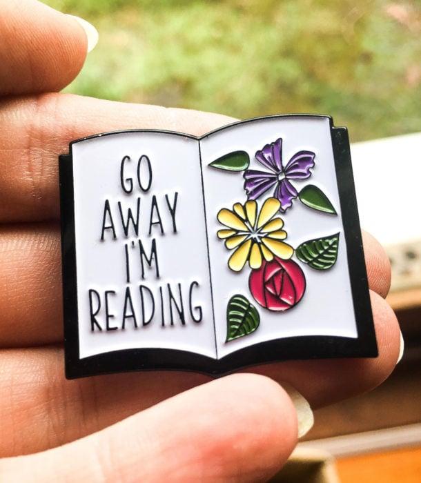 Regalos para personas que aman leer; pin en forma de libro con flores