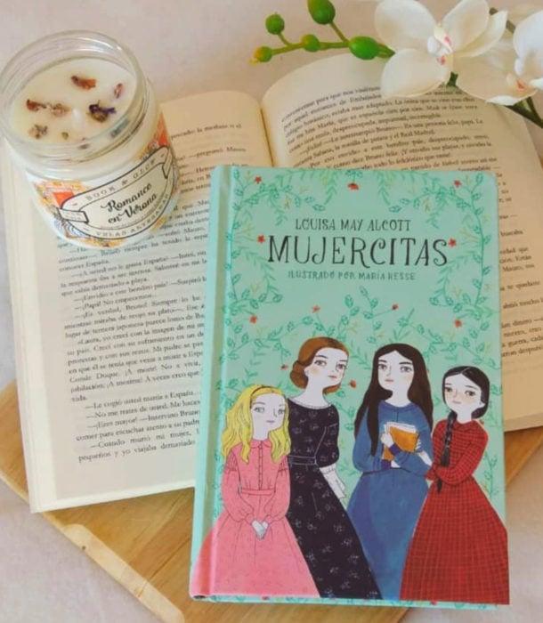 Regalos para personas que aman leer; libro Mujercitas escrito por Louisa May Alcott e ilustrado por María Hesse