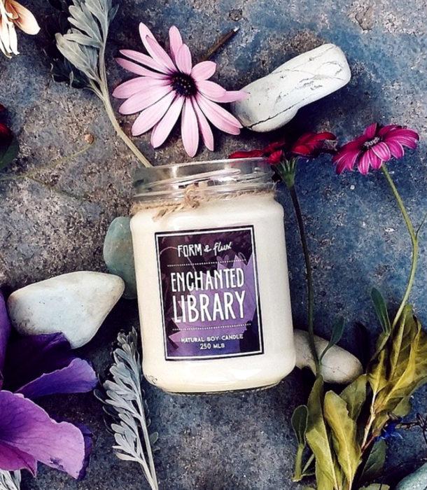 Regalos para personas que aman los libros; vela con aroma a librería