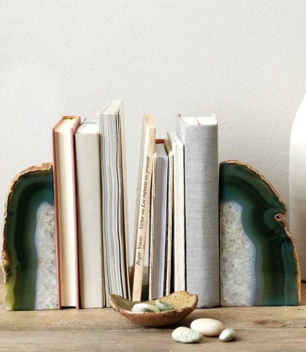Regalos para personas que aman leer; soporte de piedra para libros