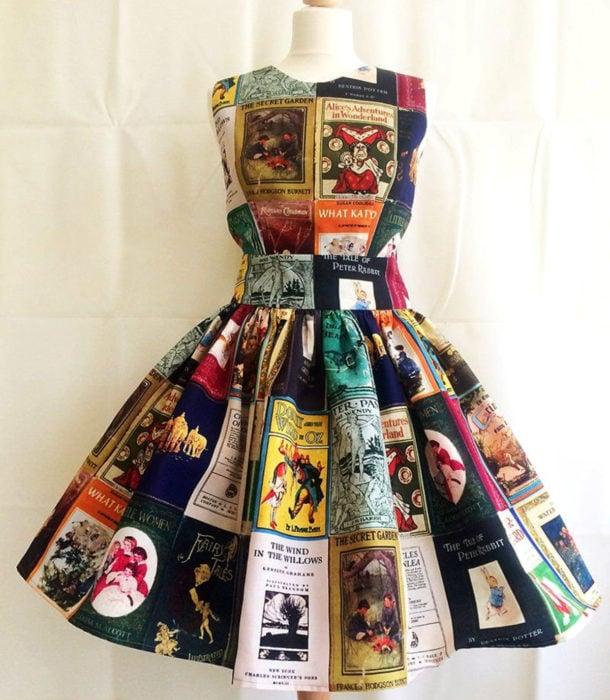 Regalos para personas que aman leer; vestido con portadas de libros
