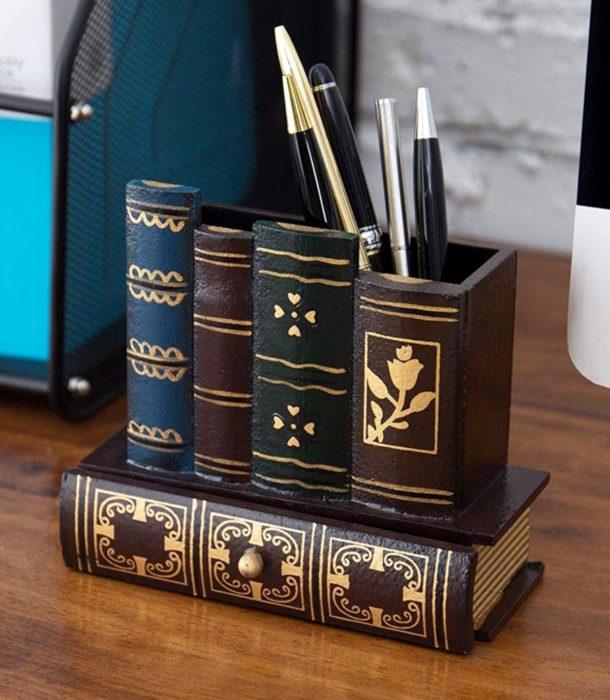 Regalos para personas que aman leer; lapicero en forma de libros