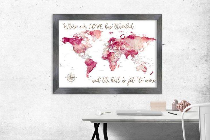 cuadro decorativo con mapamundi en tonos rosa