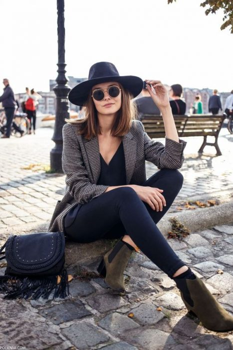 Chica modelando un sombrero