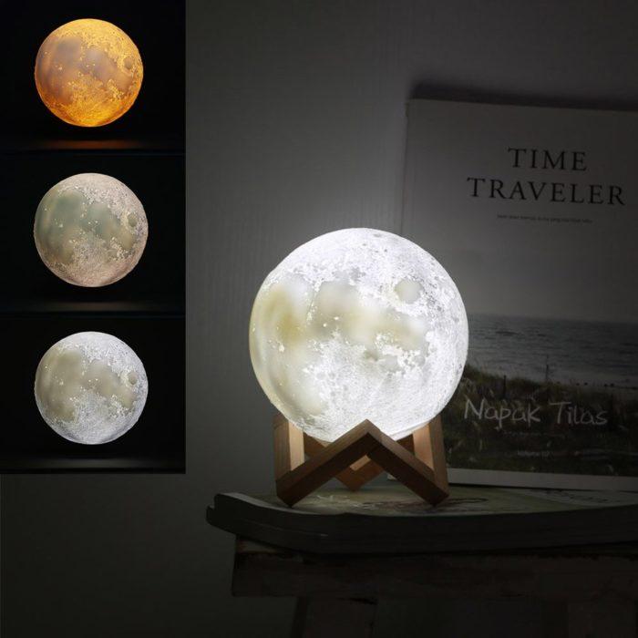 Esfera de luna que funciona como lámpara de escritorio