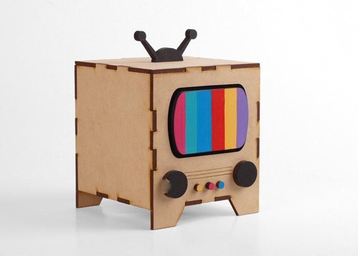 Televisión de cartón con colores que funciona como alcancía