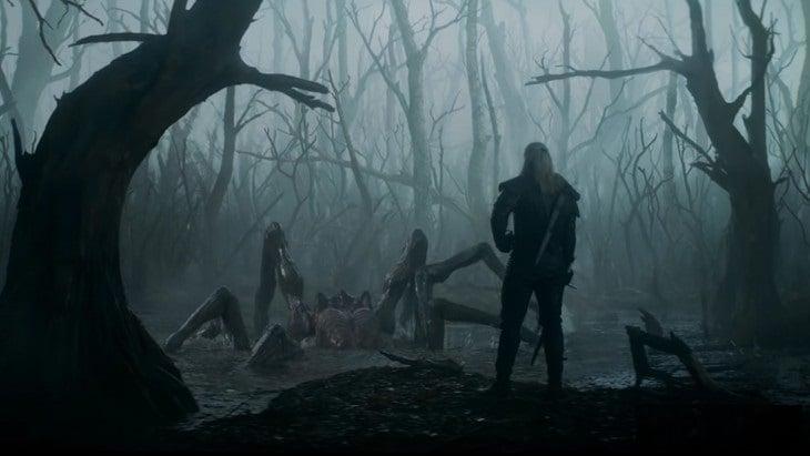 Henry Cavill como Geralt de Rivia luchando contra una araña gigante