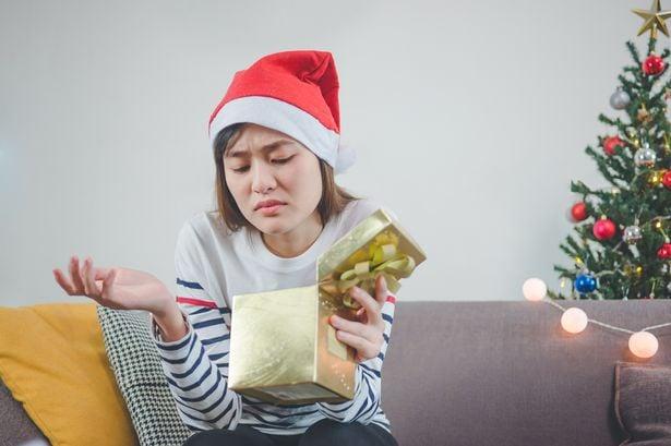 Chica decepcionada al abrir su regalo