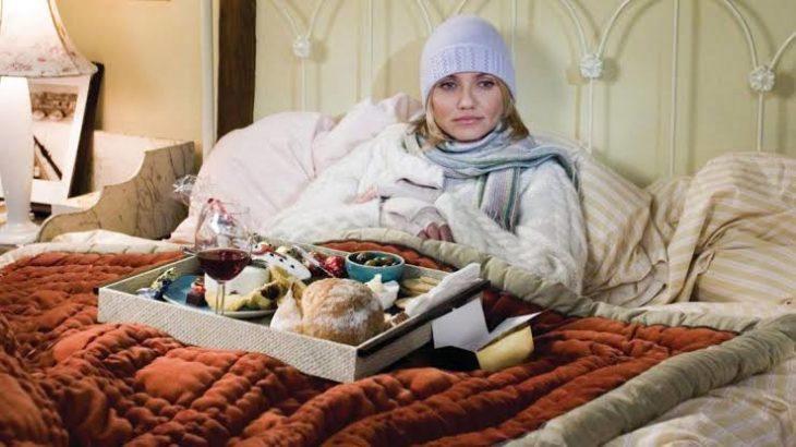 Cameron Diaz recostada en una cama con su cena navideña