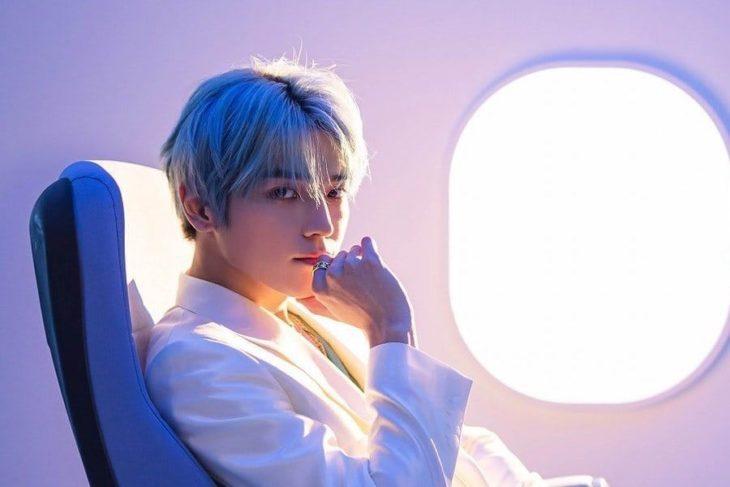 Taeyong sentado en un avión privado