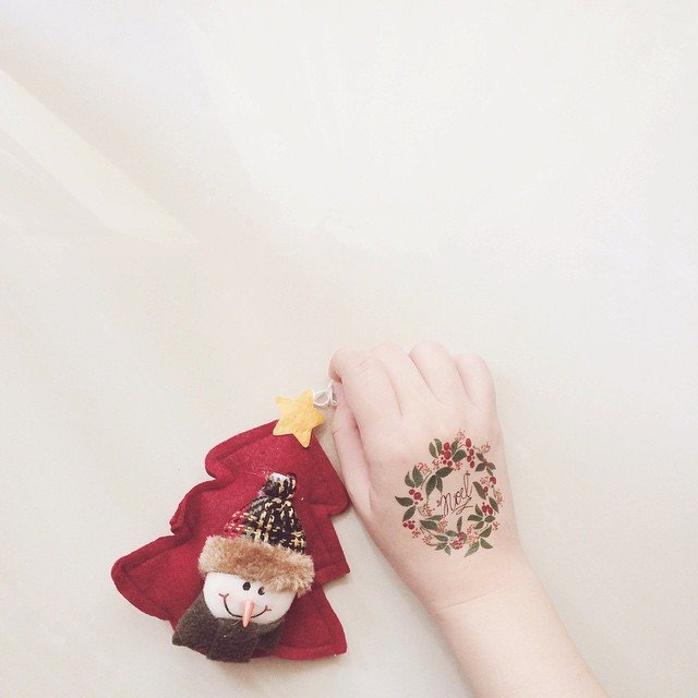 Tatuaje en diseño de corona navideña