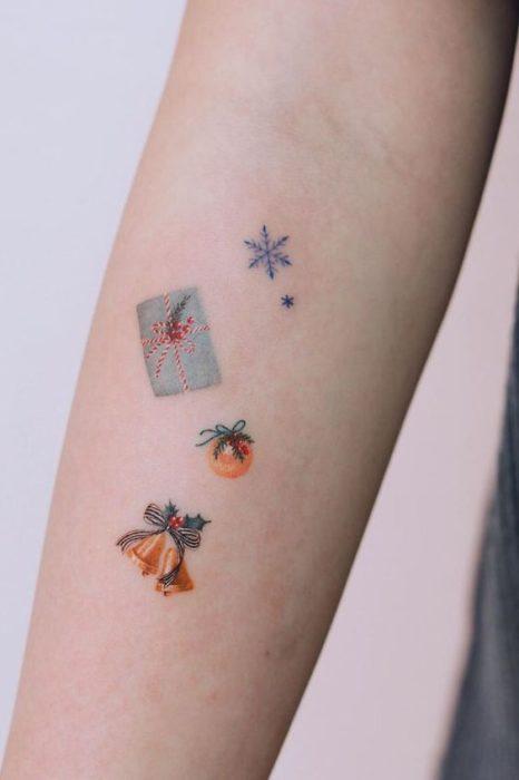 Tatuajes pequeños con diseños de regalos y esferas dordas