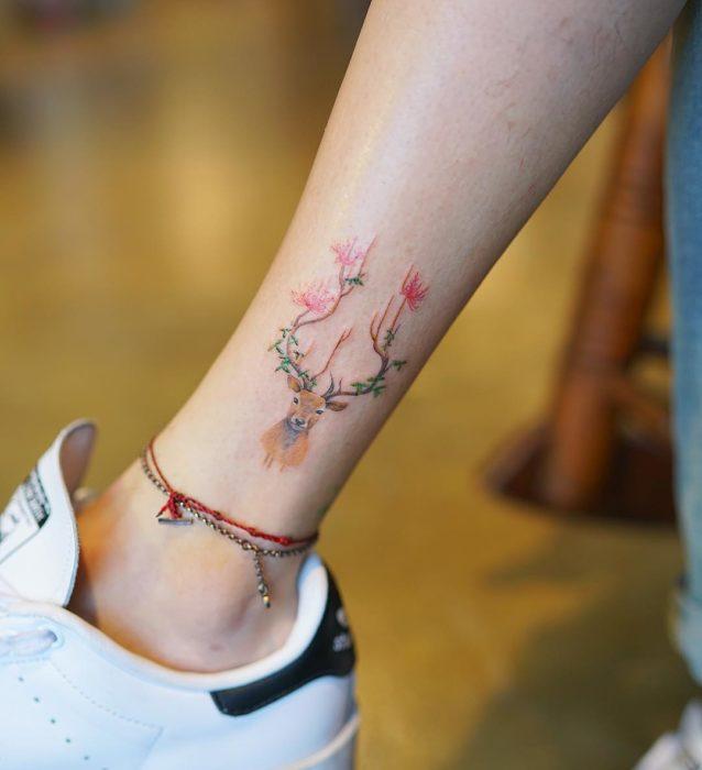 Tatuaje de reno con diseño navideño