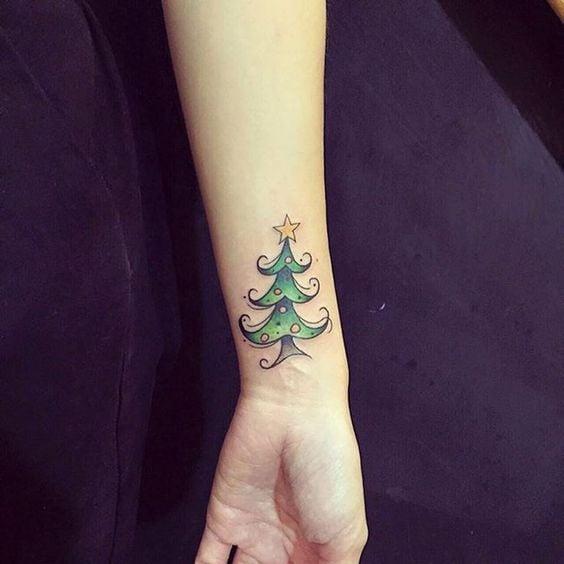 Tatuaje de pino navideño con estrella arriba