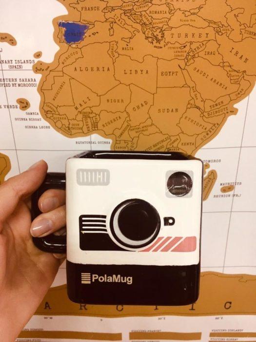 Taza en forma de cámara polaroid