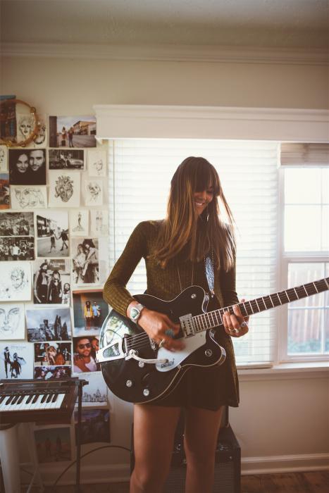 Chica tocando la guitarra eléctrica