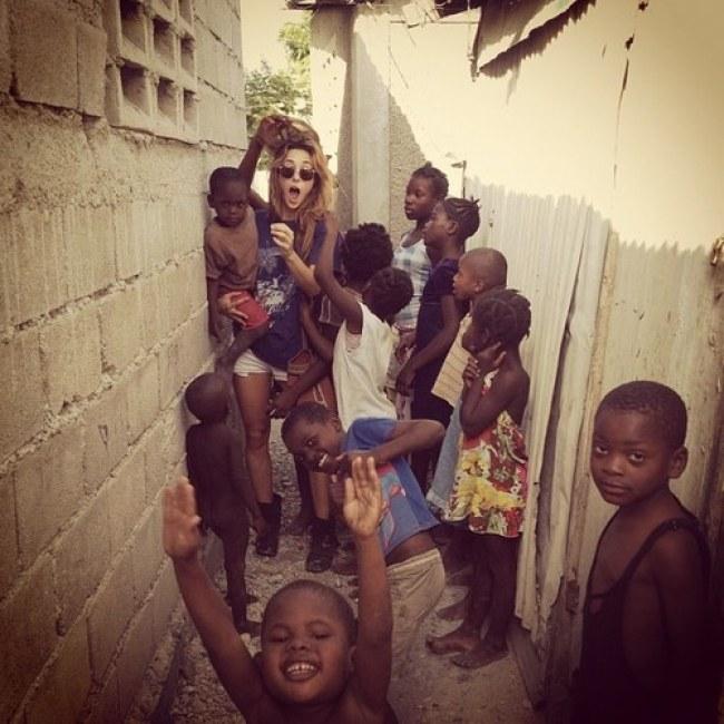 Chica visitando una comunidad de niños