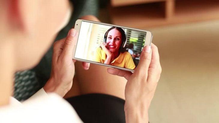 Chica en videollamada con su mamá