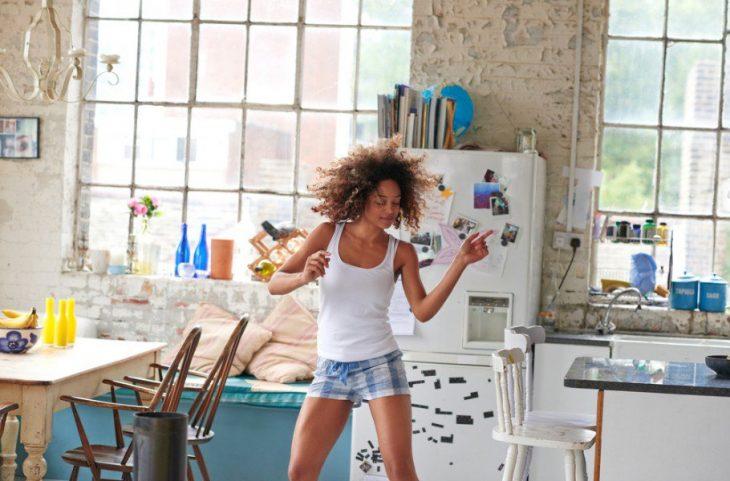 Chica bailando a solas en casa