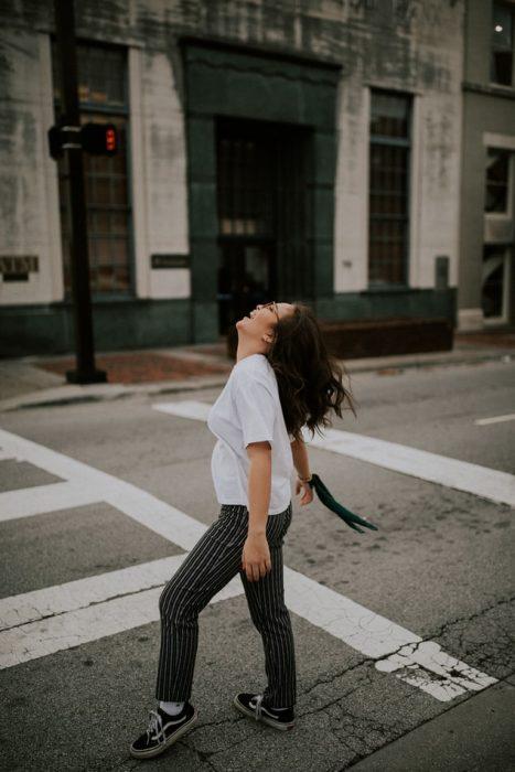 Chica celebrando que las calles están vacias