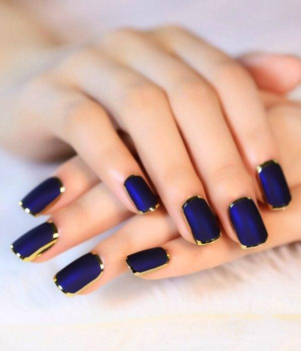 Manicure azul rey con bordes dorados para la fiesta de Año Nuevo; uñas cuadradas