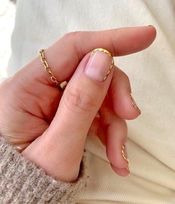 Manicure dorado para la fiesta de Año Nuevo; uñas cortas