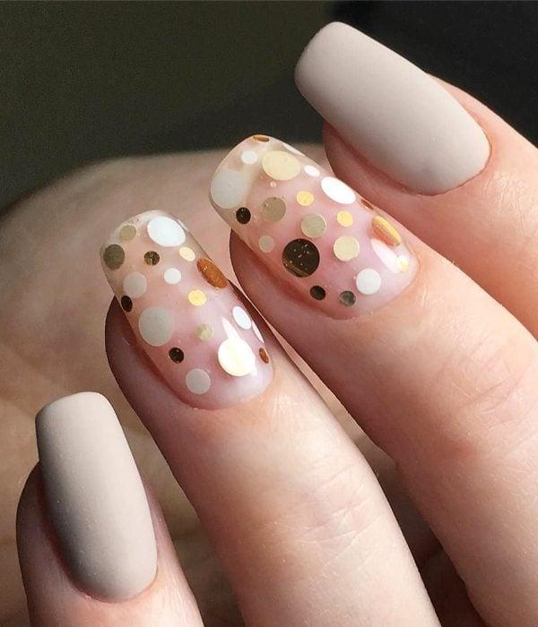 Manicure de puntos dorados para la fiesta de Año Nuevo; uñas cuadradas y largas