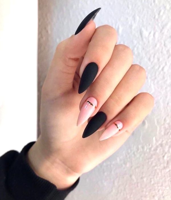 Manicure negro y rosa con líneas doradas para la fiesta de Año Nuevo; uñas largas stiletto