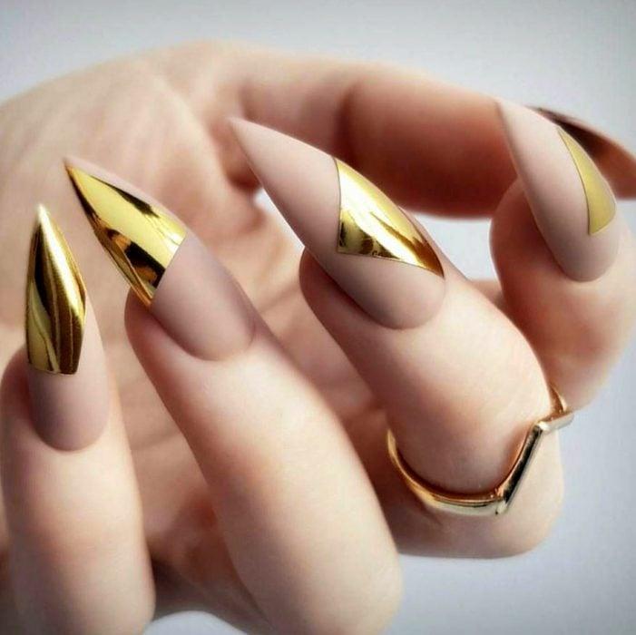 Manicure rosa con dorado para la fiesta de Año Nuevo; uñas largas en forma de stiletto