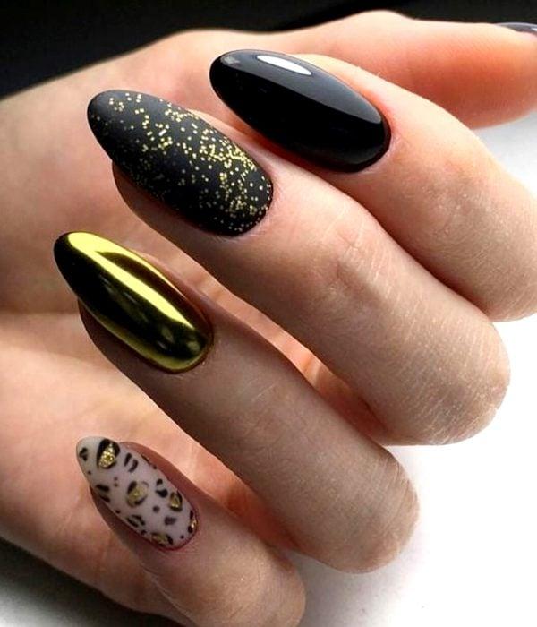 Manicure dorado para la fiesta de Año Nuevo; uñas con esmalte negro, brillante, de animal print