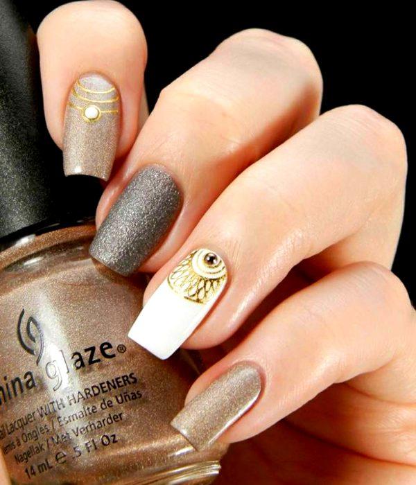 Manicure dorado para la fiesta de Año Nuevo; uñas cuadradas y largas