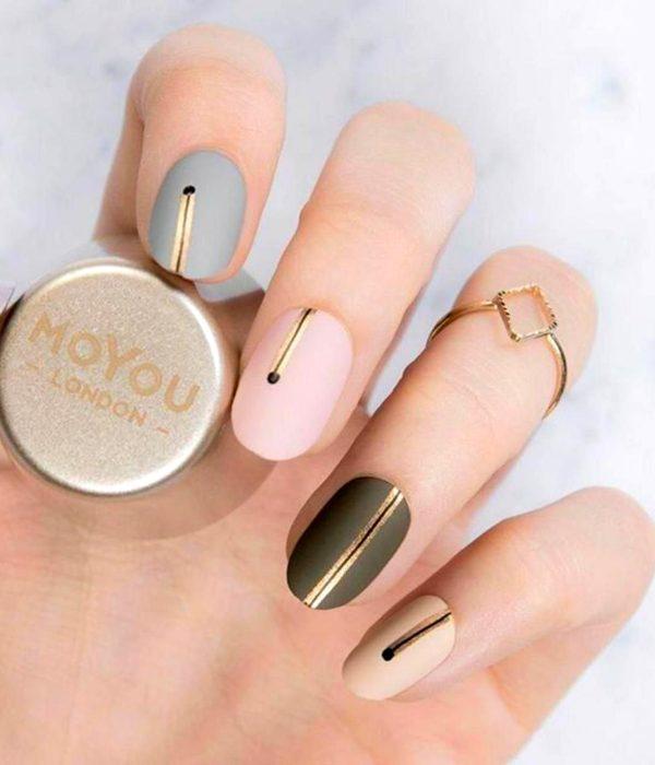 Manicure dorado para la fiesta de Año Nuevo; uñas cortas de color azul, rosa y verde